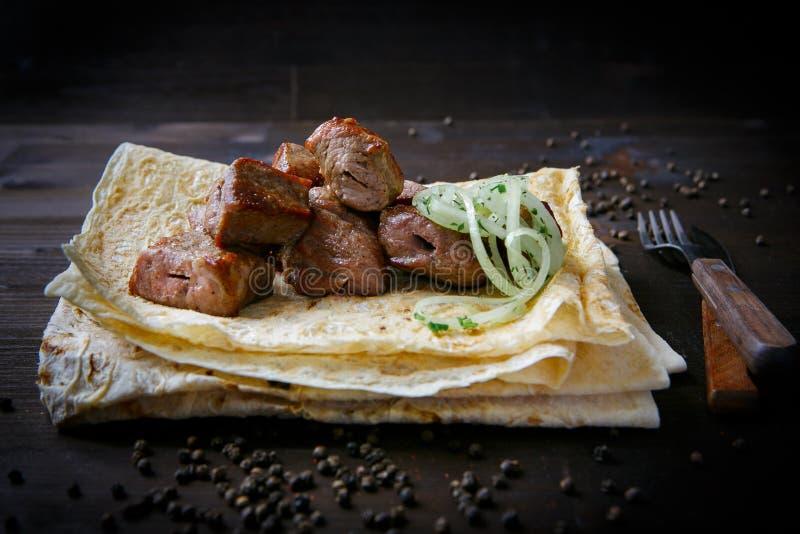 Platos y pita de la parrilla para el menú del restaurante Fondo de madera Cuello y cebolla asados a la parrilla del cerdo fotografía de archivo libre de regalías