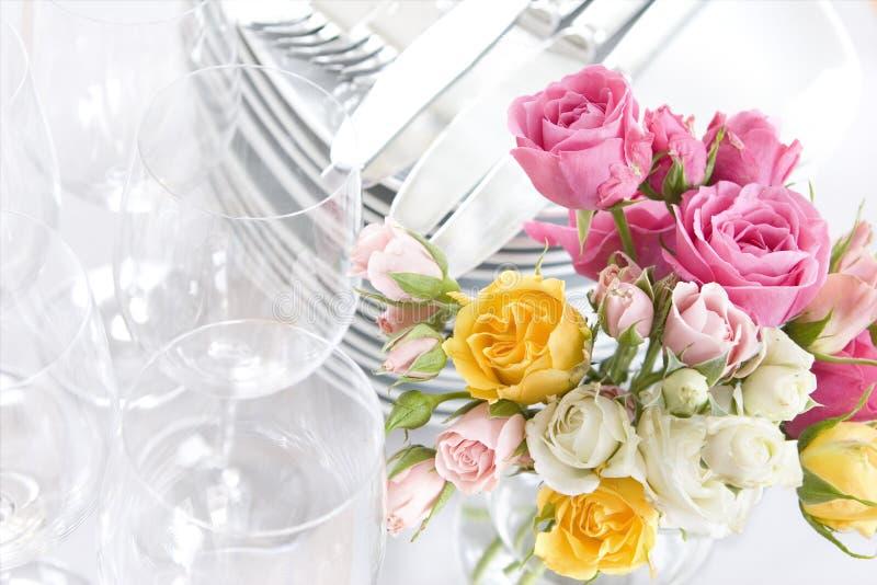 Platos y rosas de la comida fría de la primavera o de la boda imágenes de archivo libres de regalías