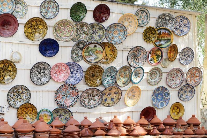 Platos y tajines coloridos de la cerámica de la fayenza en la exhibición en Morocc imagenes de archivo