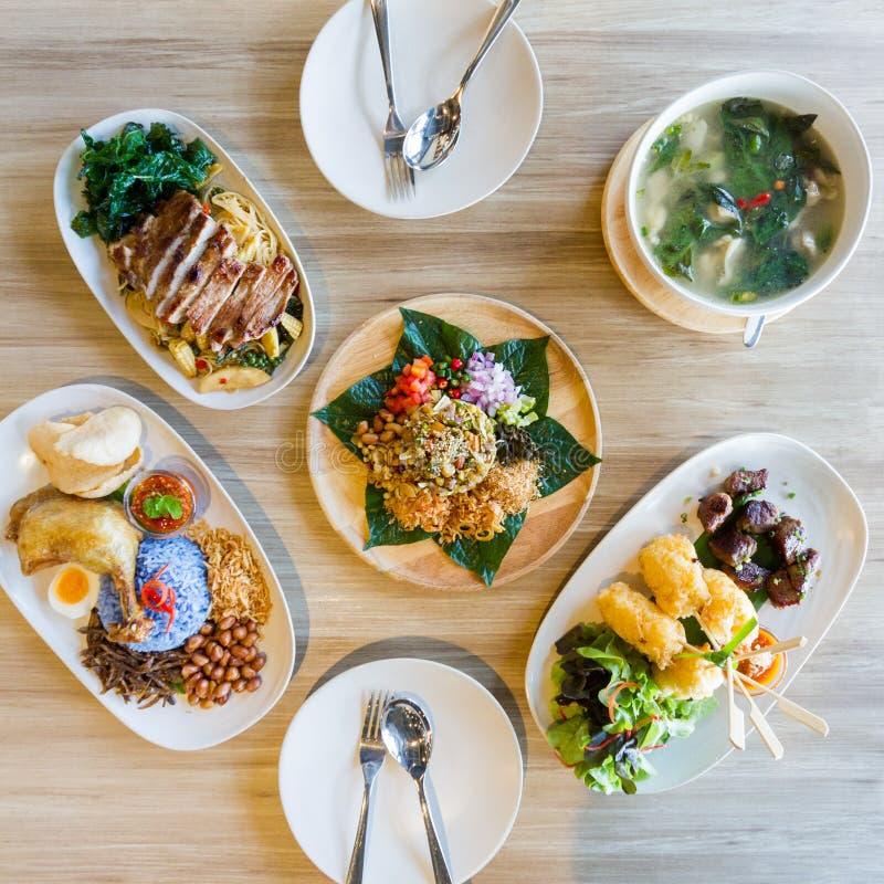 Plats asiatiques de repas comprenant Laphet, Nasi Lemak, nouilles ivres avec du porc grillé, riz collant avec l'oeuf et chaud gri photos stock
