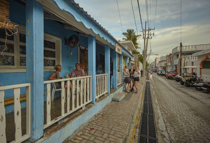 Plats av dagligt liv i en gränd av Isla Mujeres royaltyfri fotografi