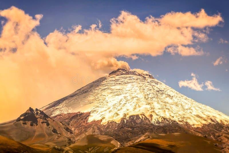 Plats av den kraftiga aktiva Cotopaxi vulkan royaltyfria bilder