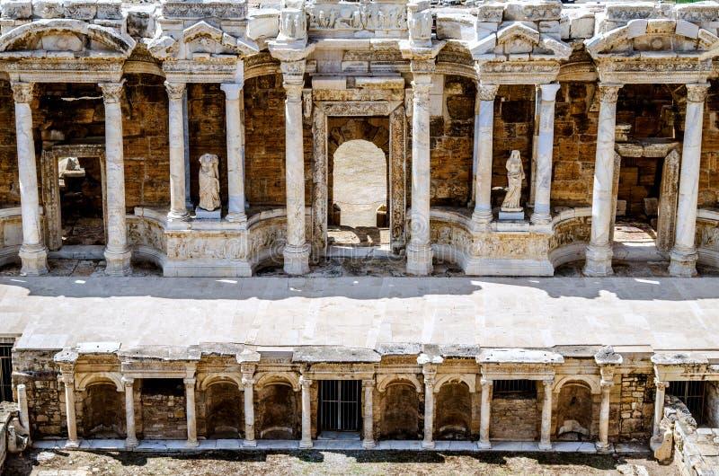 Plats av en forntida amfiteater som lokaliseras i Hierapolis, Pamukkale, Denizli landskap royaltyfria bilder