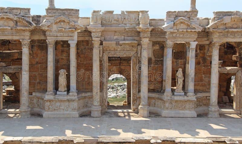 Plats av en forntida amfiteater som lokaliseras i Hierapolis Pamukkale Denizli landskap, Turkiet arkivbild