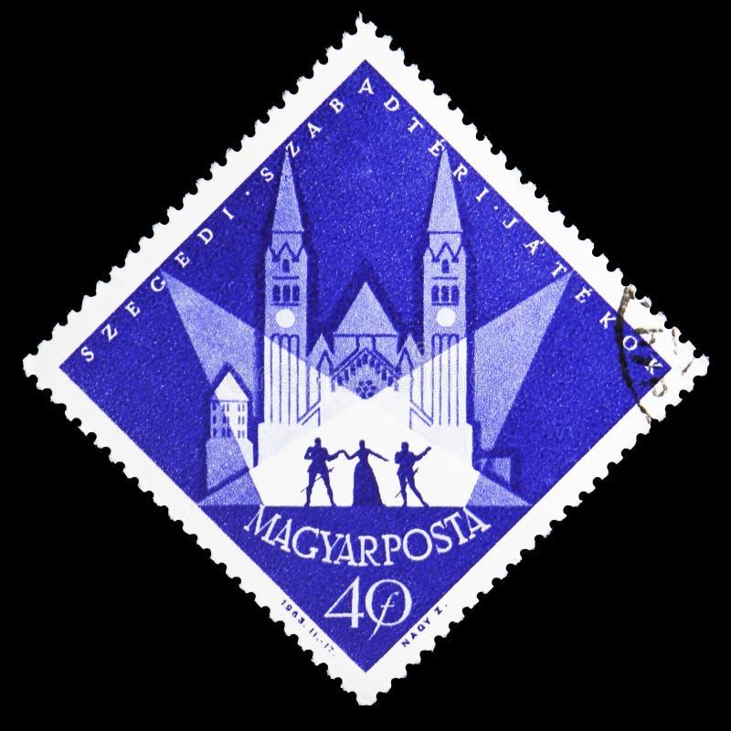 Plats av en utomhus- lek framme av den Votiv kyrkan, sommarfestival, Szeged serie, circa 1963 royaltyfria foton