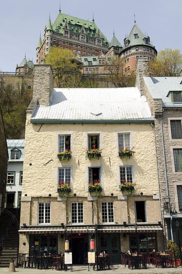 Plats av gamla lägre Quebec City med chateauen Frontenac i royaltyfri fotografi