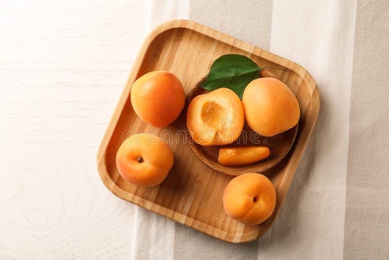 Plats avec les abricots délicieux, vue supérieure photographie stock