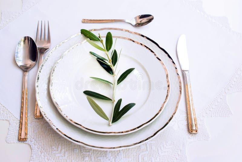 Plats avec une fourchette argentée, cuillère, cuillère de dessert photographie stock libre de droits