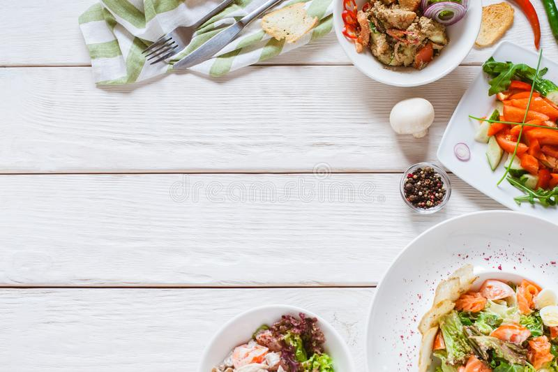 Plats blancs de buffet de restaurant de vue supérieure de table de nourriture photo stock