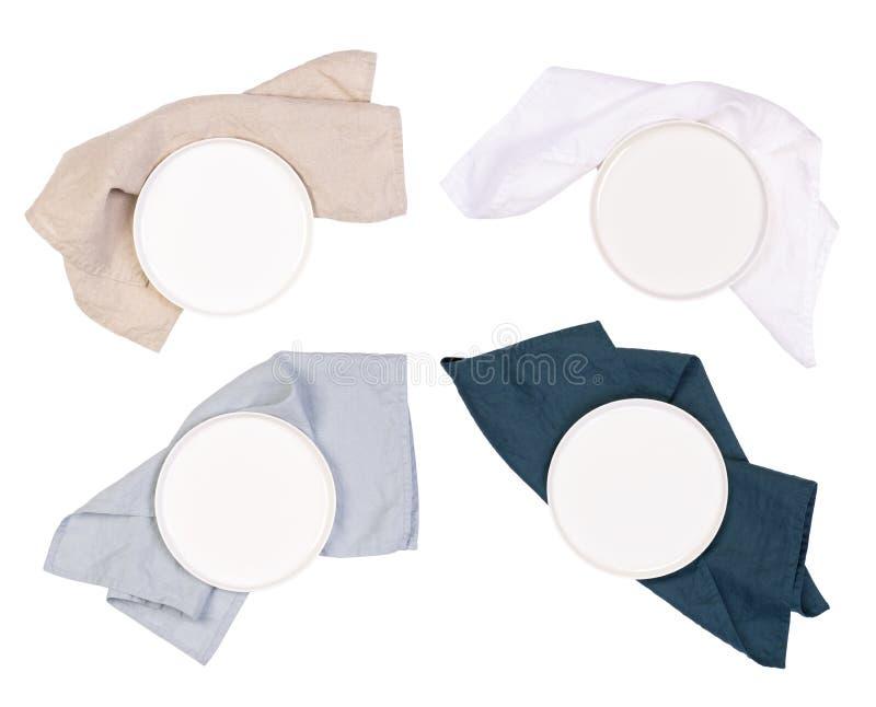 Plats blancs et serviettes d'isolement sur le fond blanc images libres de droits