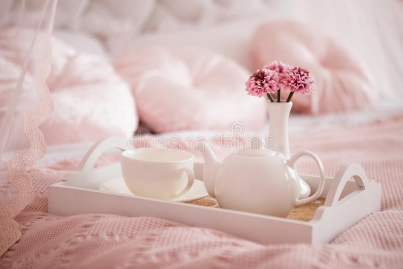 Plats blancs sur la couverture rose, petit déjeuner photo libre de droits