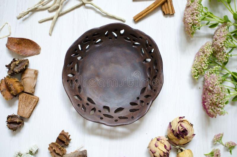 Plats brûlés d'argile de brun foncé Céramique sur le fond blanc photo stock
