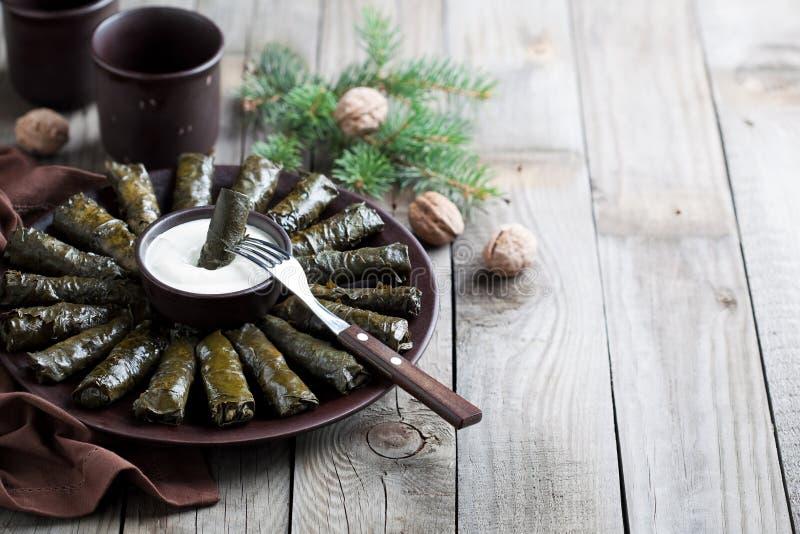 Plats caucasiens traditionnels (Dolma), feuilles de raisin bourré avec de la viande photographie stock
