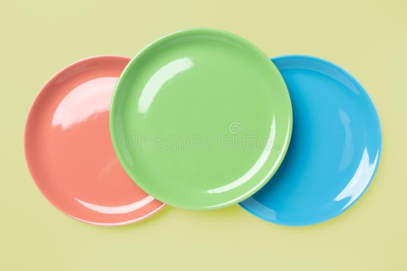 Plats colorés en pastel bleus, verts et roses photos libres de droits