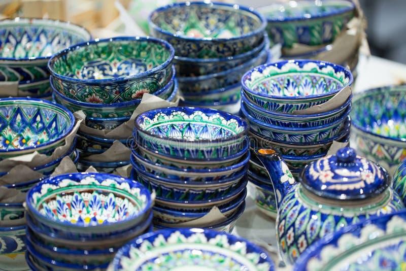 Plats colorés orientaux lumineux Plats authentiques peints à la main dans le style national Beaux cuvettes et plats dans le bazar images stock
