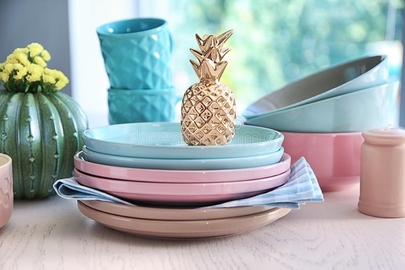 Plats, cuvettes et tasses sur la table blanche image stock