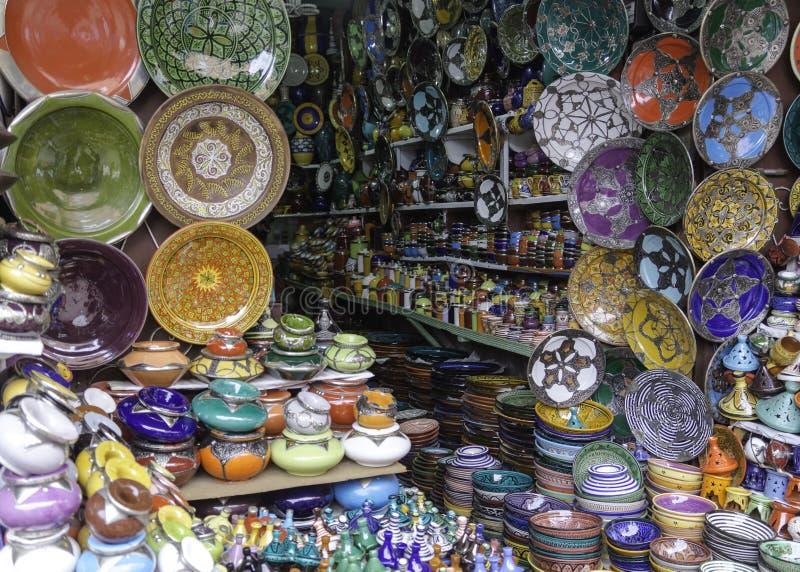 Plats décorés et souvenirs traditionnels du Maroc photographie stock libre de droits