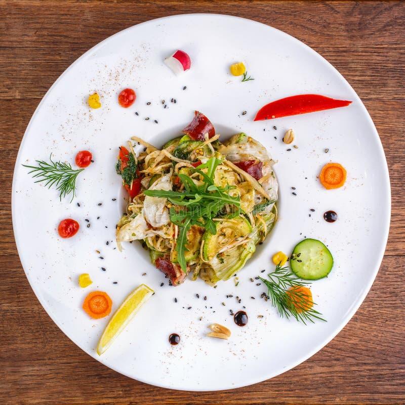 Plats délicieux du chef, décoré des légumes frais photo libre de droits