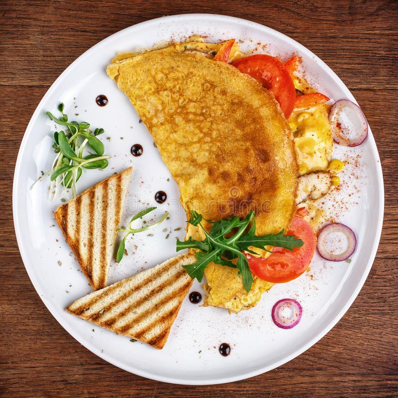 Plats délicieux du chef Omelette avec des légumes photographie stock libre de droits