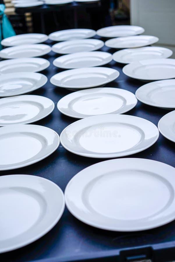 Plats de dîner installés pour la nourriture image stock