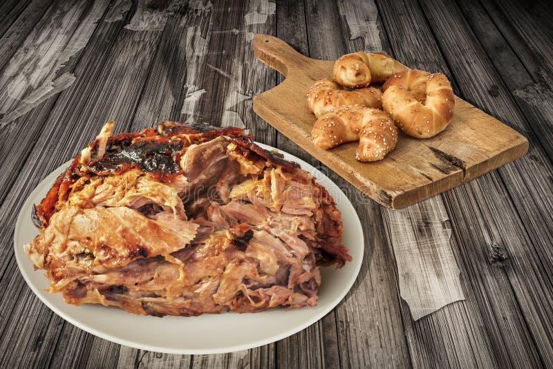 Plats de fromage Rolls de sésame de Ham And Croissant Puff Pastry de porc rôti par broche sur la vieille planche à découper réglé images stock