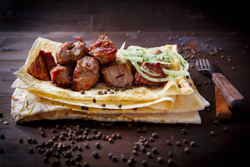 Plats de gril pour le menu de restaurant Fond en bois Veau ou porc et pain pita et oignon grillés photographie stock libre de droits
