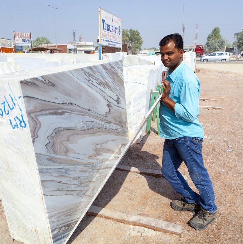 Plats de marbre à vendre dans la boutique de marbre photo stock