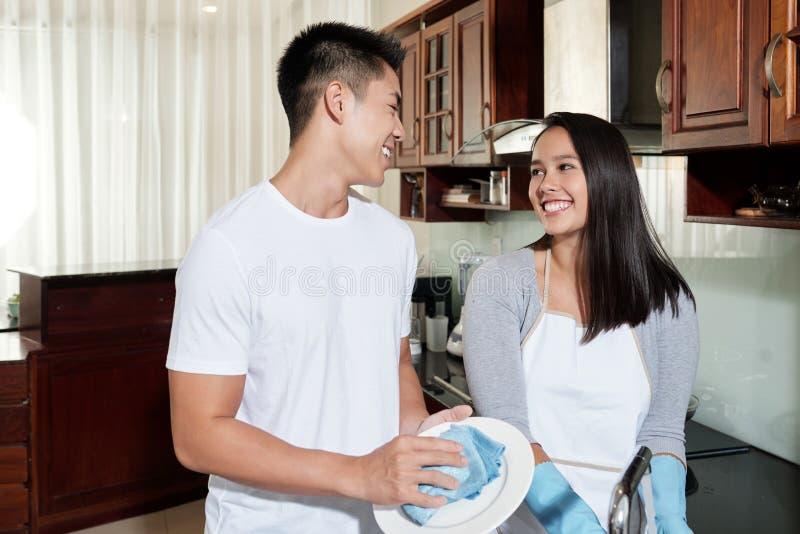 Plats de nettoyage de couples images libres de droits