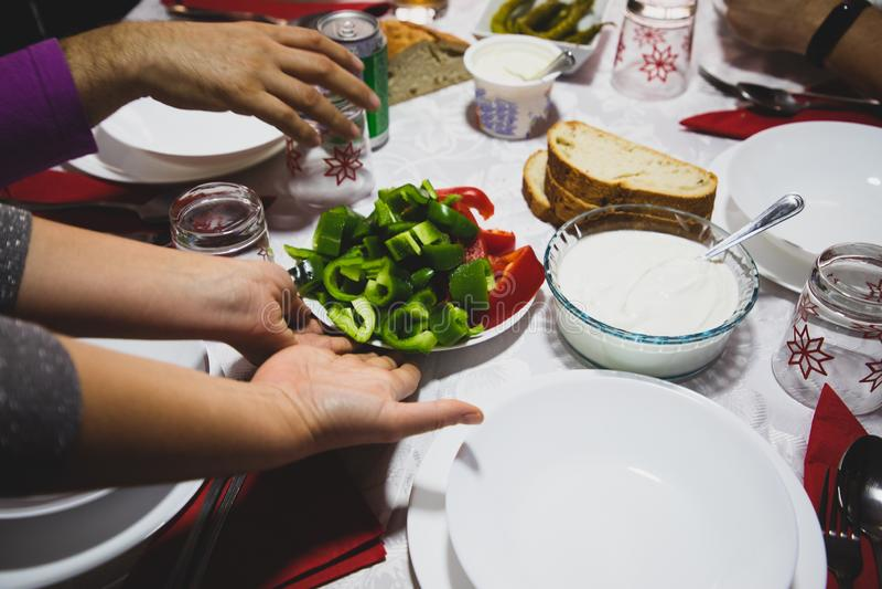 Plats de portion de mains de femme sur la table avec le rouge et le poivron vert photo libre de droits