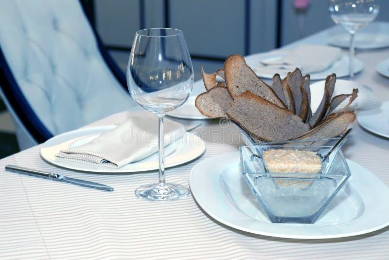 Plats de portion sur la table dans le restaurant tableware photos libres de droits