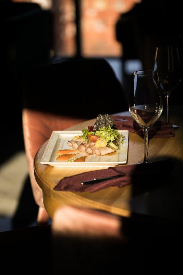 Plats de restaurant Belle et savoureuse nourriture d'un plat photo stock
