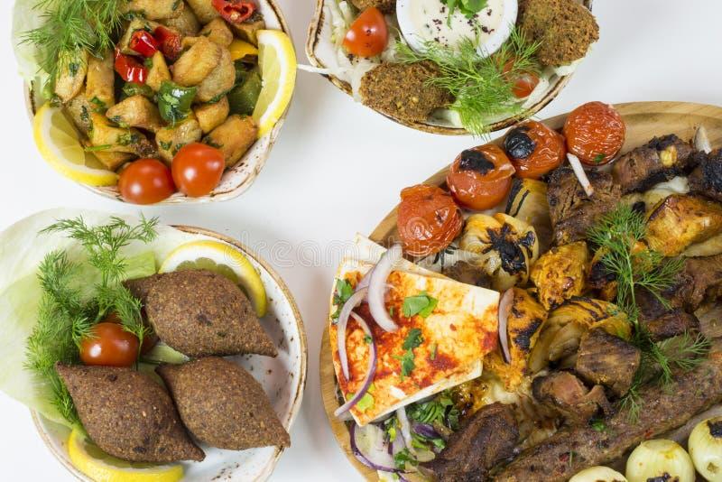 Plats du Moyen-Orient servis dans le restaurant images stock