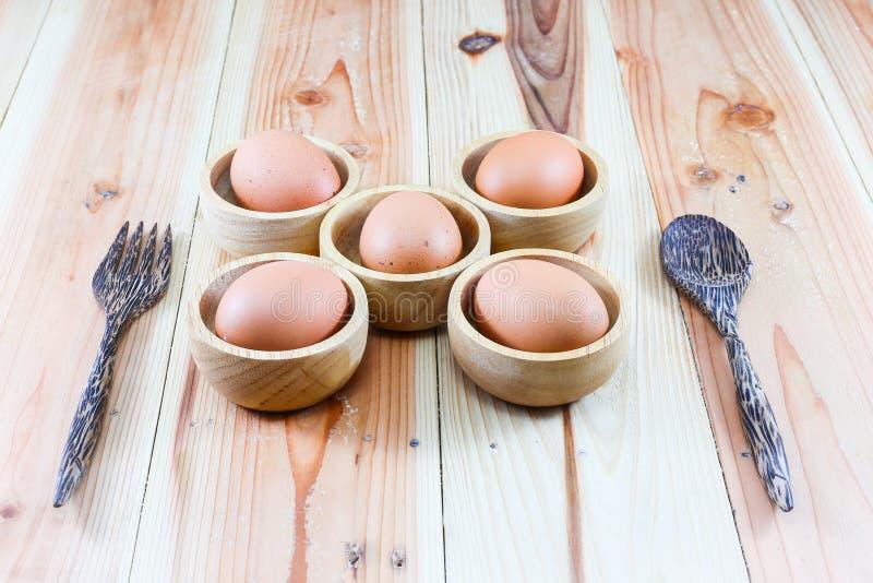 Plats en bois, fourchette en bois, cuillère en bois sur le fond en bois photographie stock libre de droits