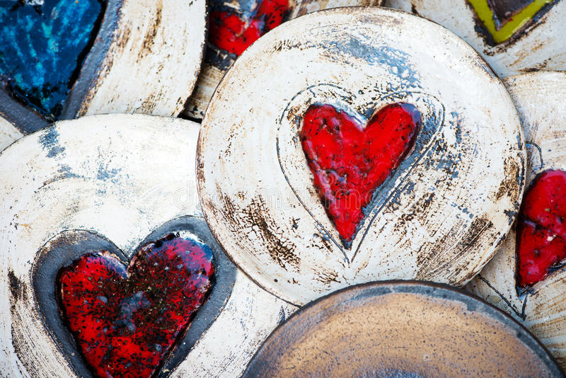 Plats en céramique avec des coeurs photo stock
