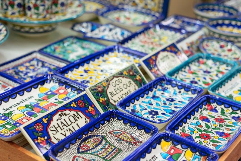 Plats en céramique et d'autres souvenirs à vendre sur baazar arabe situé à l'intérieur des murs de la vieille ville de Jérusalem images stock