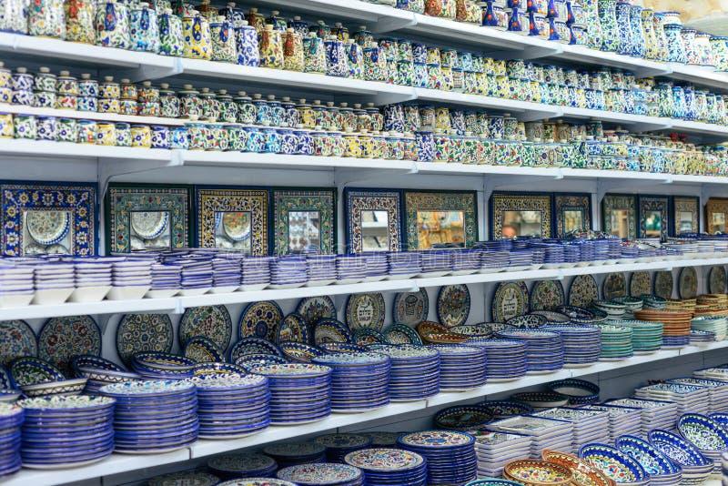 Plats en céramique et d'autres souvenirs à vendre sur baazar arabe situé à l'intérieur des murs de la vieille ville de Jérusalem photo libre de droits