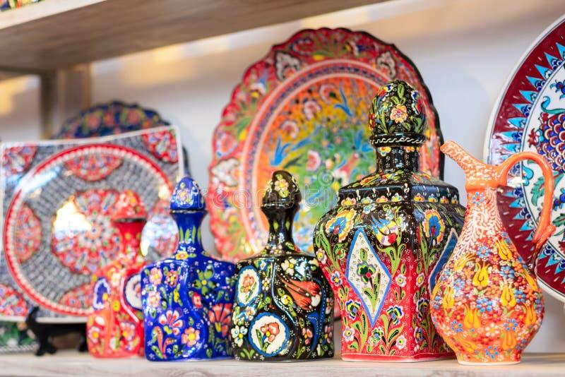 Plats en céramique et d'autres souvenirs à vendre sur baazar arabe situé à l'intérieur des murs du vieux CIT photographie stock libre de droits