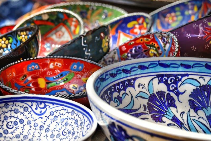Plats en céramique peints décoratifs lumineux image libre de droits