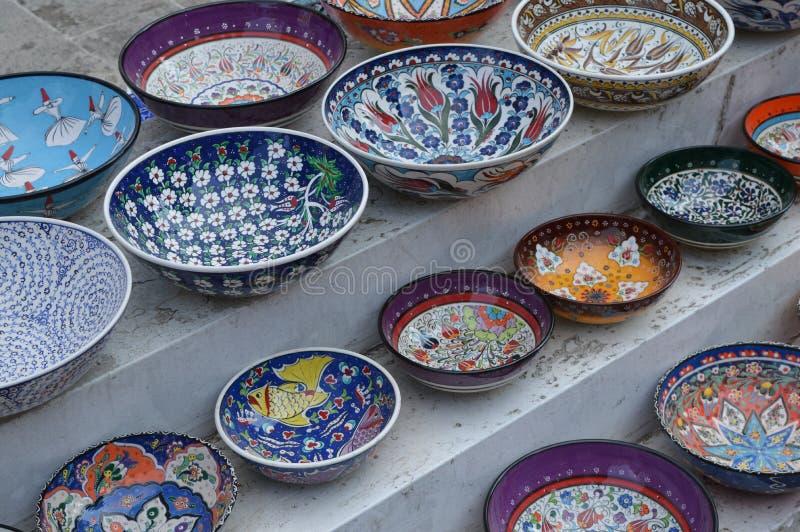 Plats en c?ramique turcs peints ? la main ? vendre, plan rapproch? photos stock