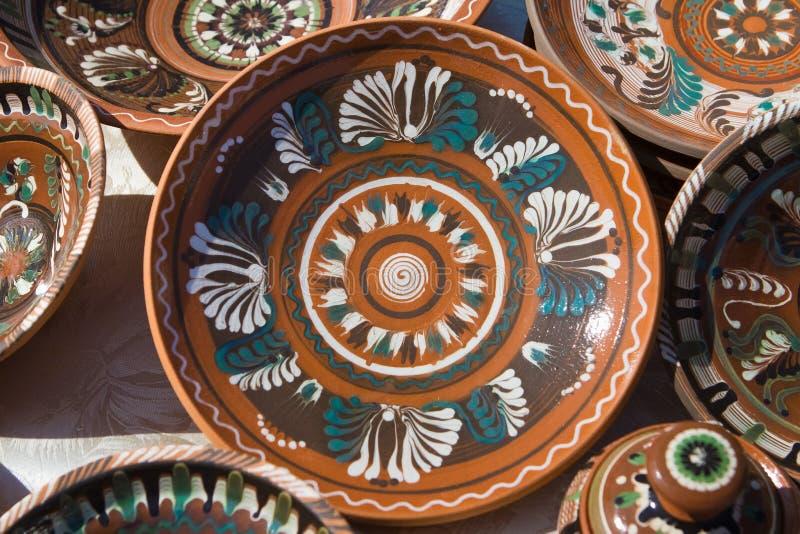 Plats en céramique ukrainiens traditionnels d'argile, fait main et peint à la main images libres de droits