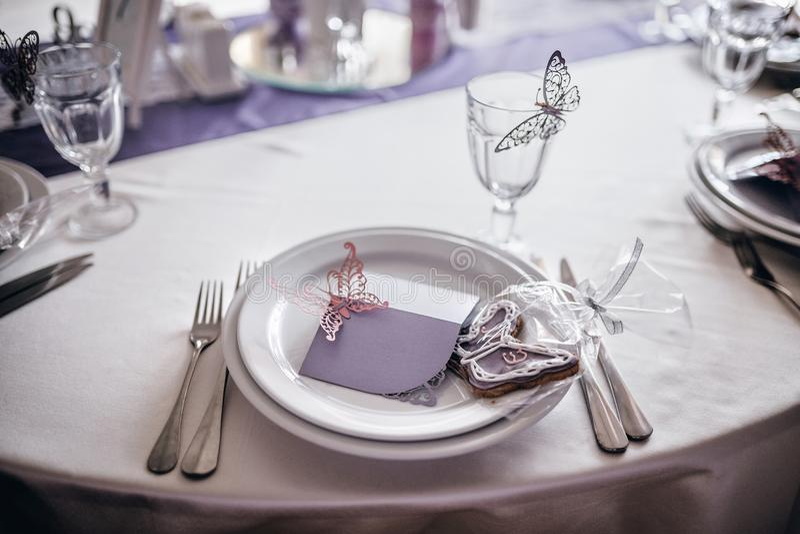 Plats et décor de portion sur la table de mariage photos stock