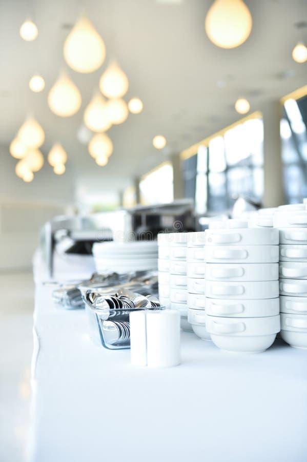 Plats et plats de restauration avant événement photo stock