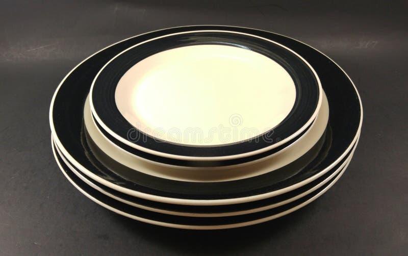 Plats et soucoupes de dîner noirs et blancs d'antiquité de vintage image libre de droits
