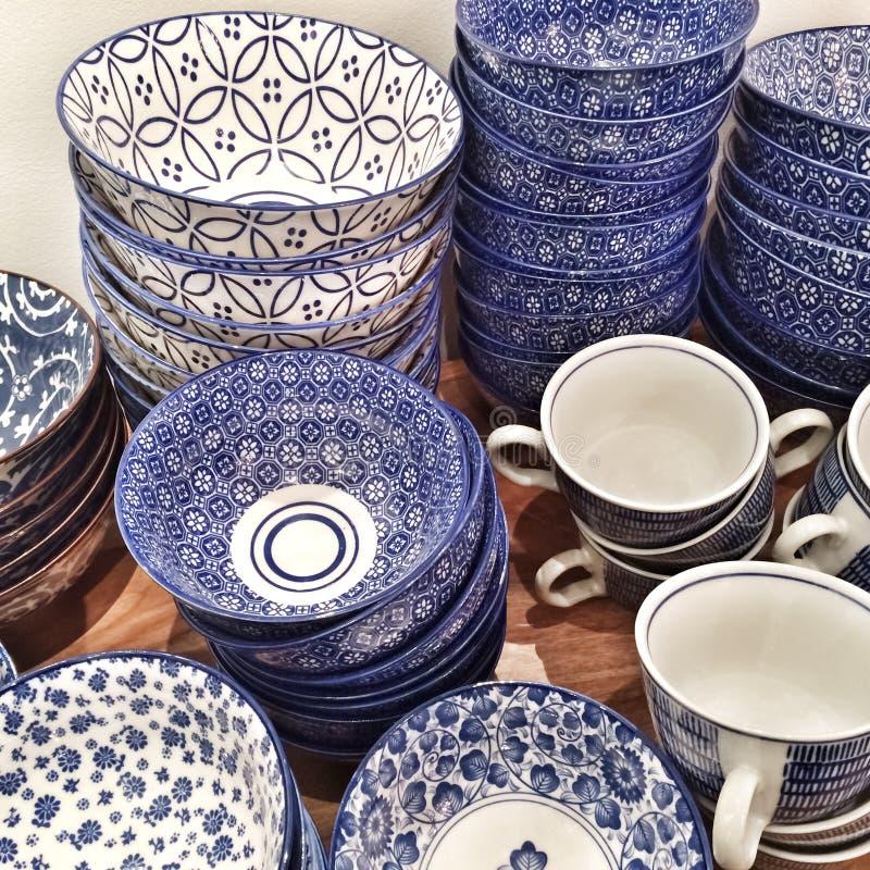 Plats et tasses en céramique bleus photos stock