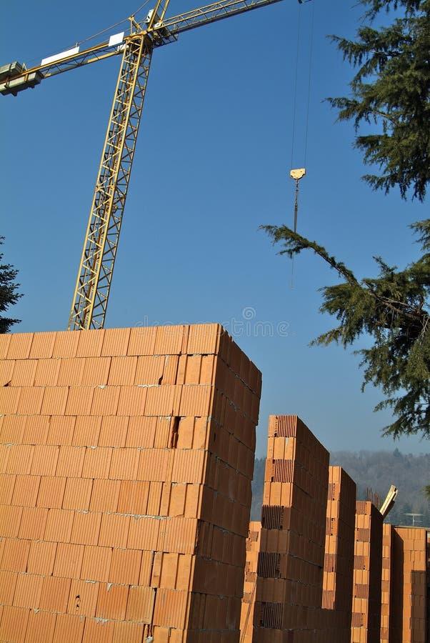 Plats för bostads- konstruktion med röda tegelstenar royaltyfria bilder