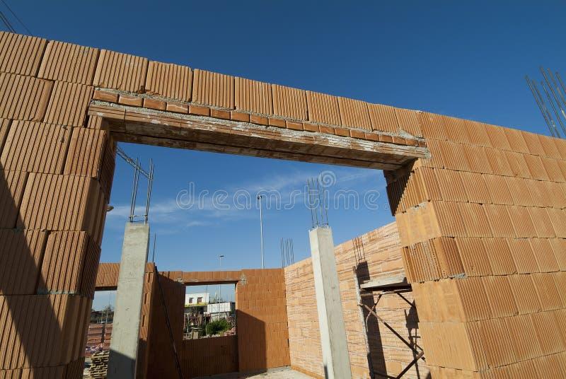 Plats för bostads- konstruktion med röda tegelstenar fotografering för bildbyråer