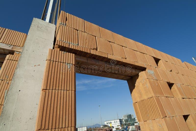 Plats för bostads- konstruktion med röda tegelstenar arkivfoto