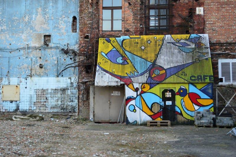 Plats för Graffitti gammal vodkafabrik i den Prage Warszawa på skymning arkivbild
