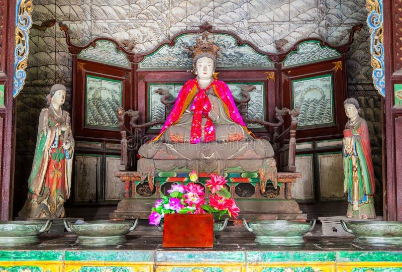 Plats för Jinci minnes- tempel (museum). Den helgonlika modern och hembiträden färgade leraskulptur på den helgonlika moderkorrido arkivbild