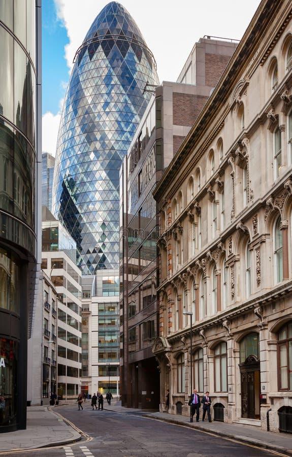Plats för London stadsgata med 30 St Mary Axe The Gherkin i baksida royaltyfri foto